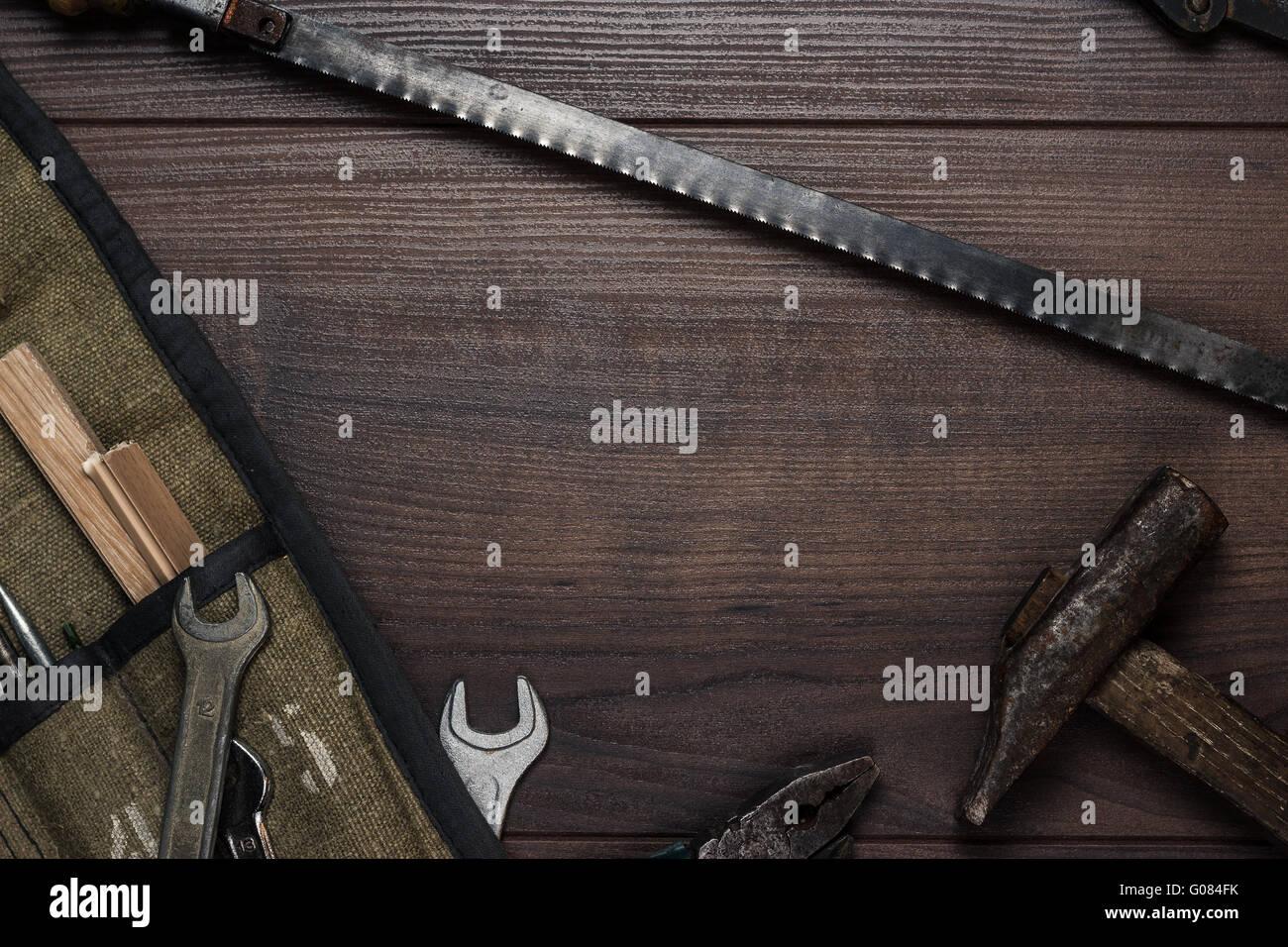 alte rostige Bau Instrumente auf dem Holz b Stockbild