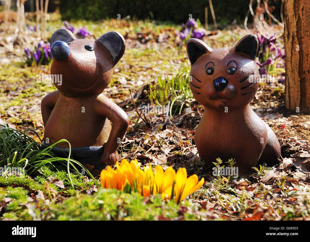 Figuren Aus Ton In Einem Garten Im Frühling Stockfoto Bild