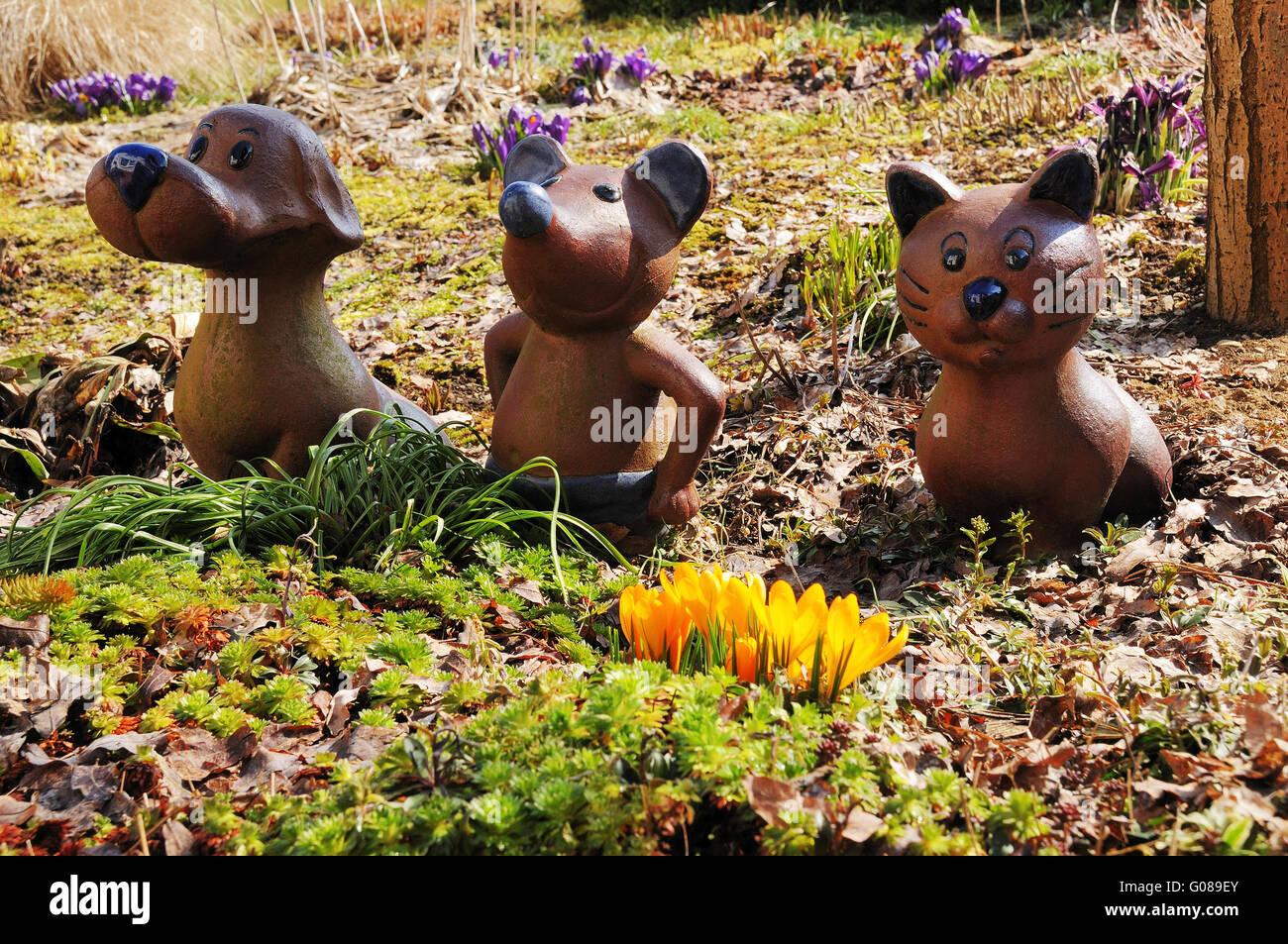 Figuren aus Ton in einem Garten im Frühling Stockfoto, Bild ...