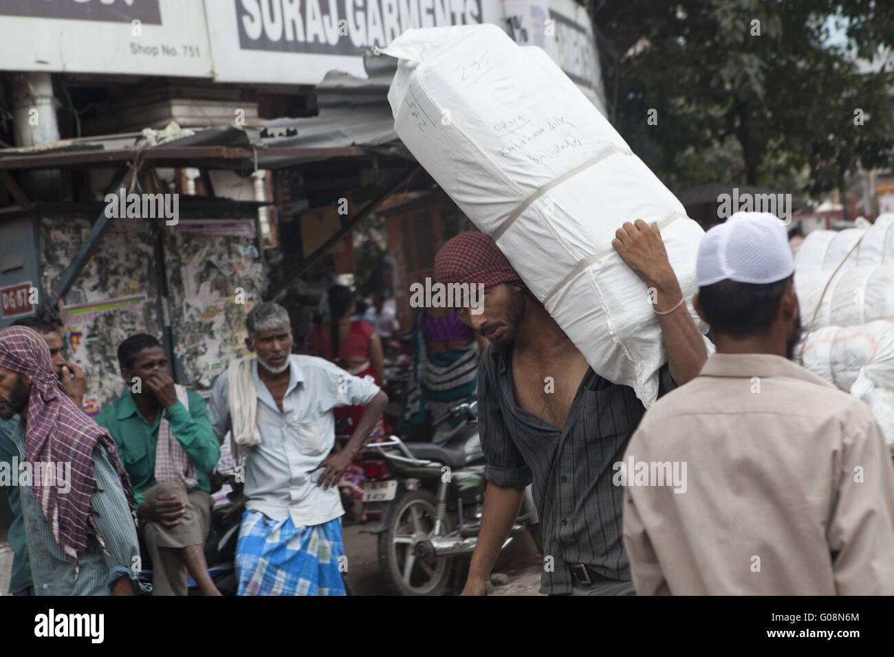 Indien trägt ein großes Paket, Alt-Dehli, Indien Stockbild