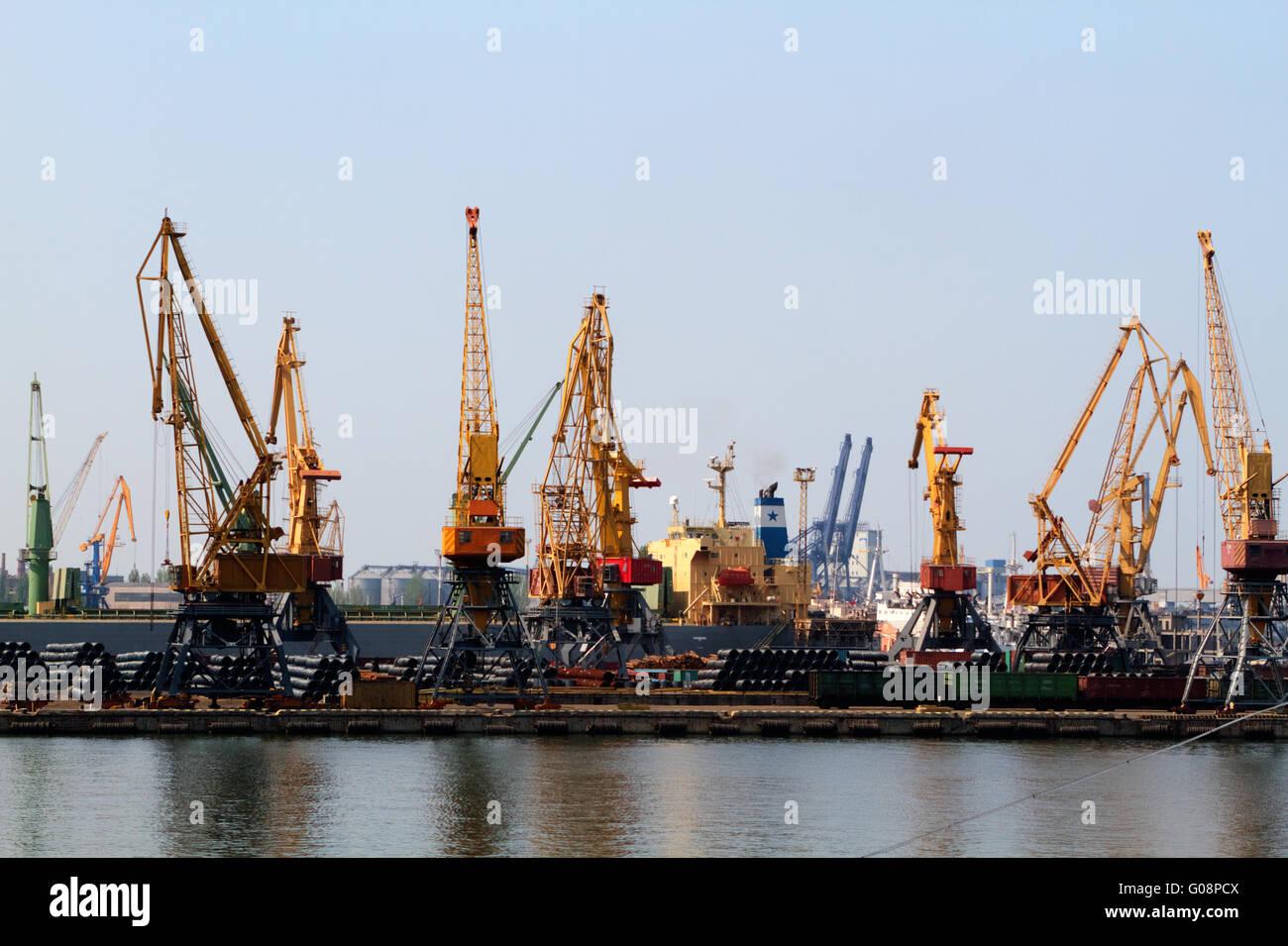 Kran Frachtschiff und Getreide Trockner im Hafen Odessa Stockfoto