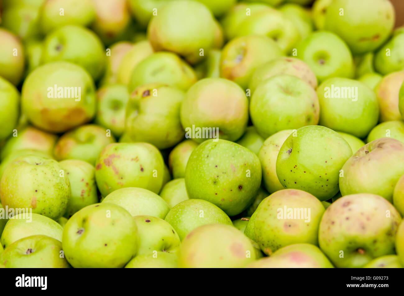 Frisch geerntete bunte crimson knackige Äpfel auf dem Display auf dem Bauernmarkt Stockbild