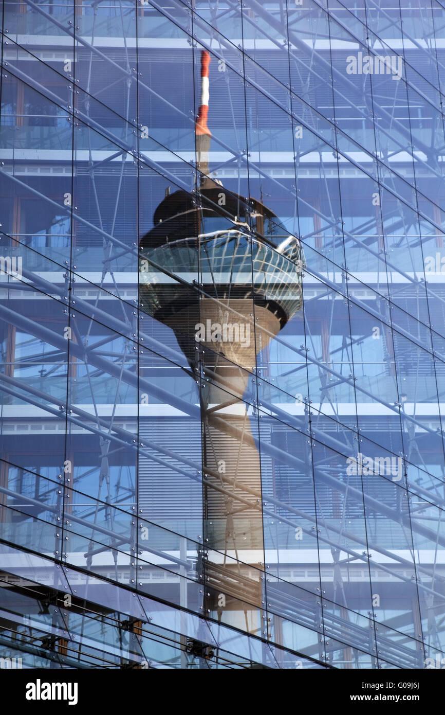 Der Rheinturm spiegelt sich im Stadttor. Stockbild