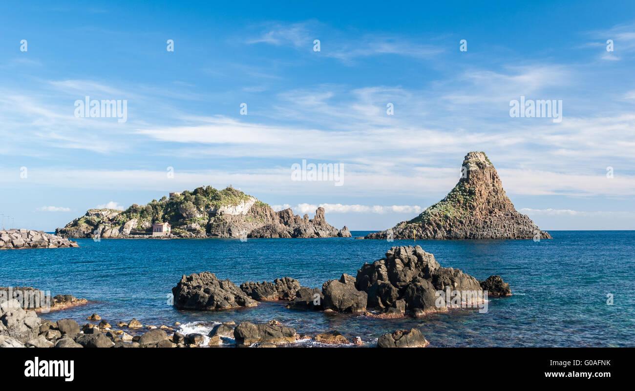 Insel Lachea und einem Meer Stapeln, geologische Besonderheiten in Acitrezza (Sizilien) Stockbild