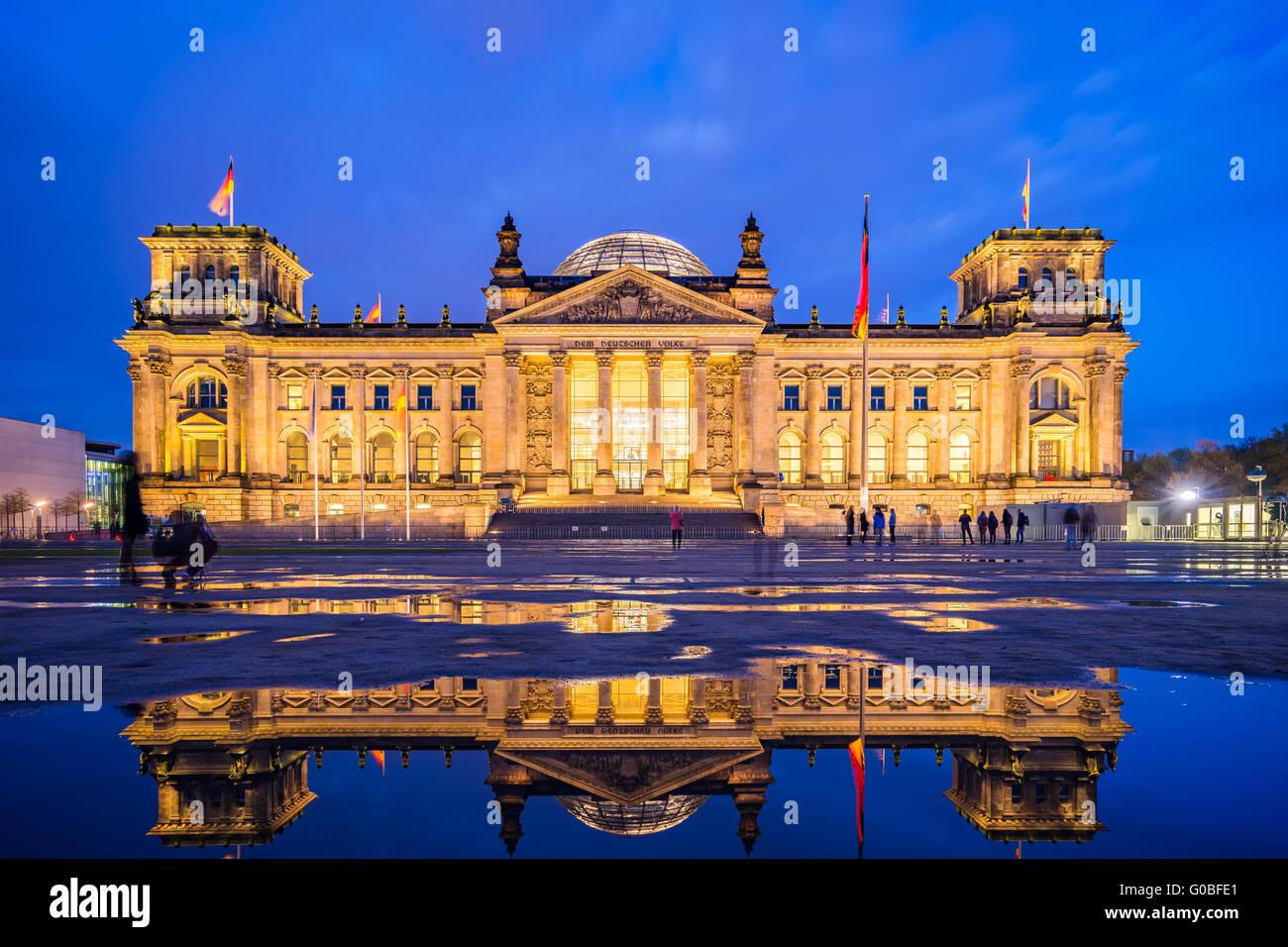Das Reichstagsgebäude in Berlin, Deutschland in der Nacht. Stockbild