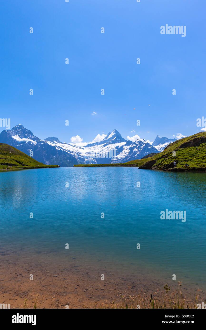 Atemberaubenden Blick der Bachalpsee und die Schneeberge beklebt mit Gletscher der Schweizer Alpen, Berner Oberland, Stockbild