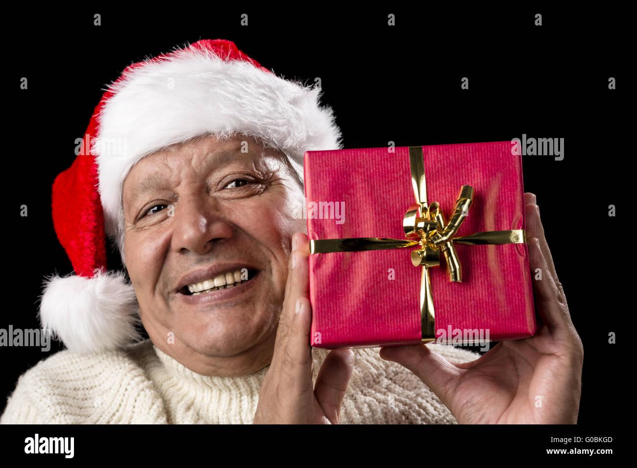 Alten Mann mit roten lächelnd gewickelt Weihnachtsgeschenk Stockfoto ...