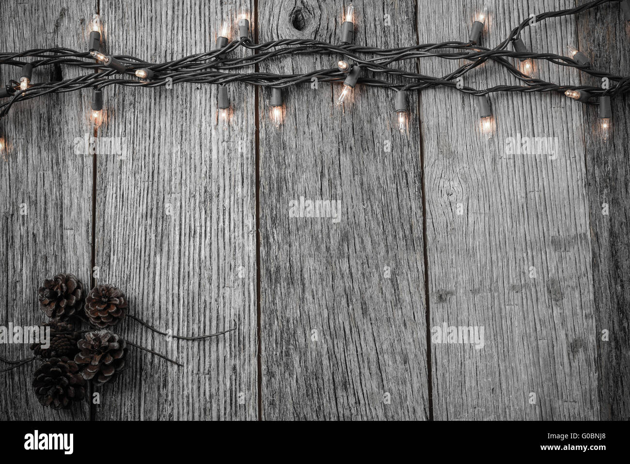 Weihnachtsbeleuchtung Kegel.Weihnachtsbeleuchtung Und Kiefer Kegel Auf Rustikalen Holz