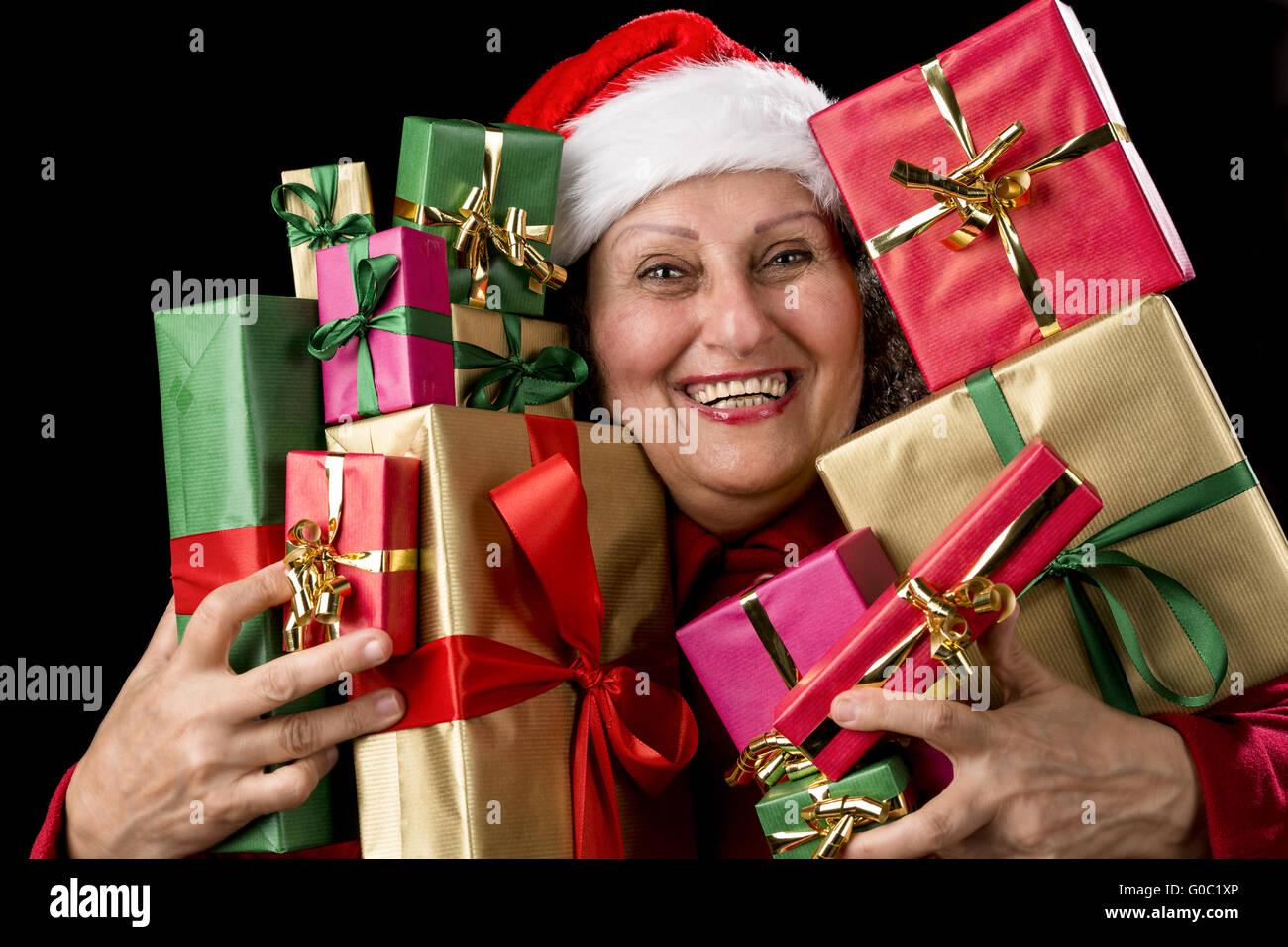 Fröhliche weibliche Senior Embosoming verpackt Geschenke Stockfoto ...