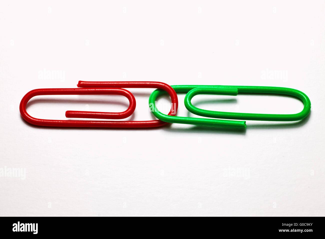 Rote und grüne Büroklammern, symbolisches Bild Stockbild