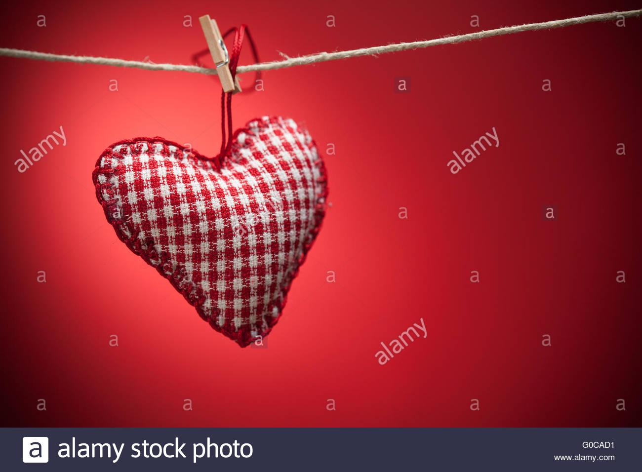 Bunten Stoff Herzen auf rotem Hintergrund Stockbild