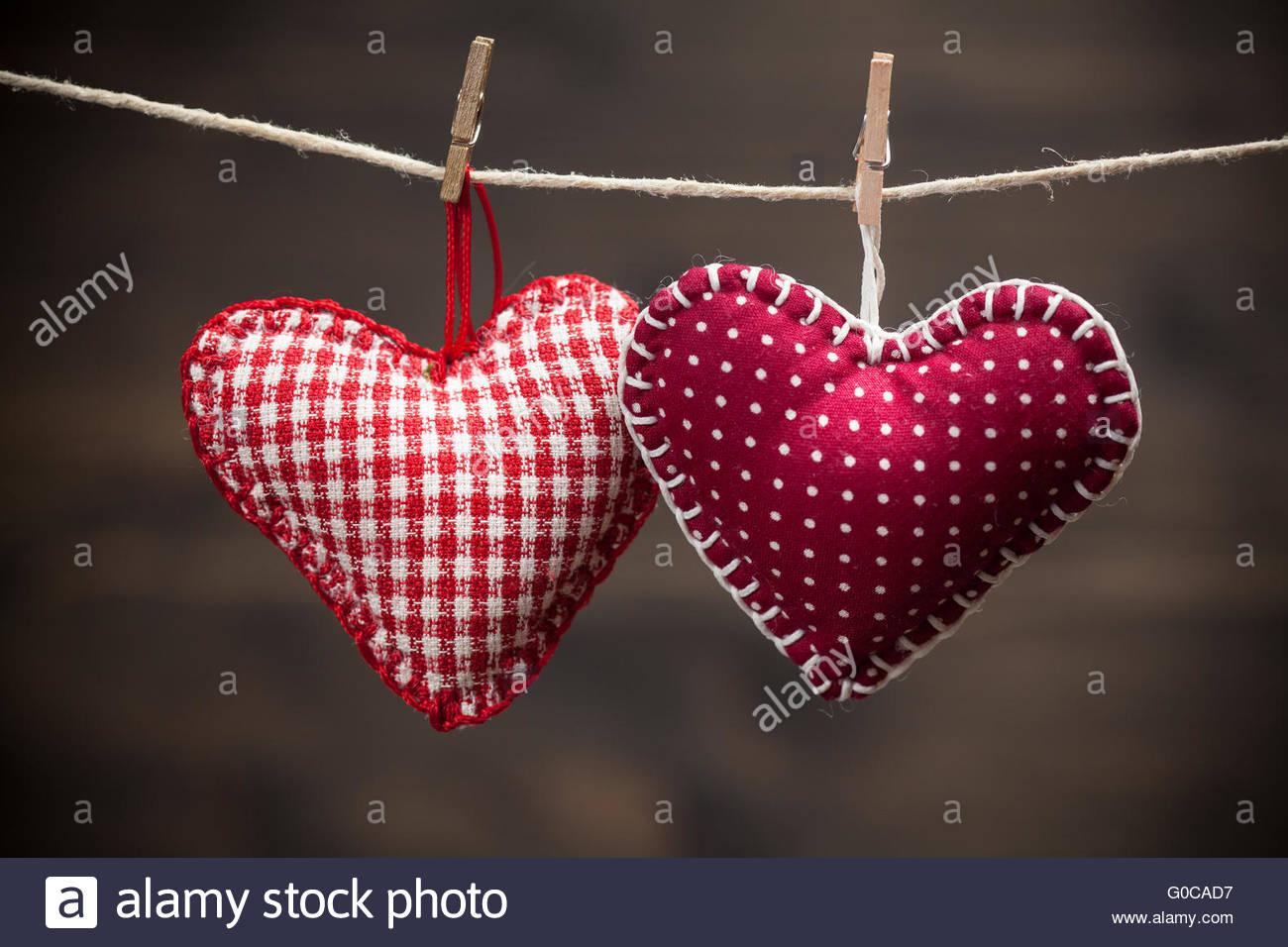 Bunten Stoff Herzen auf Holz Hintergrund Stockbild