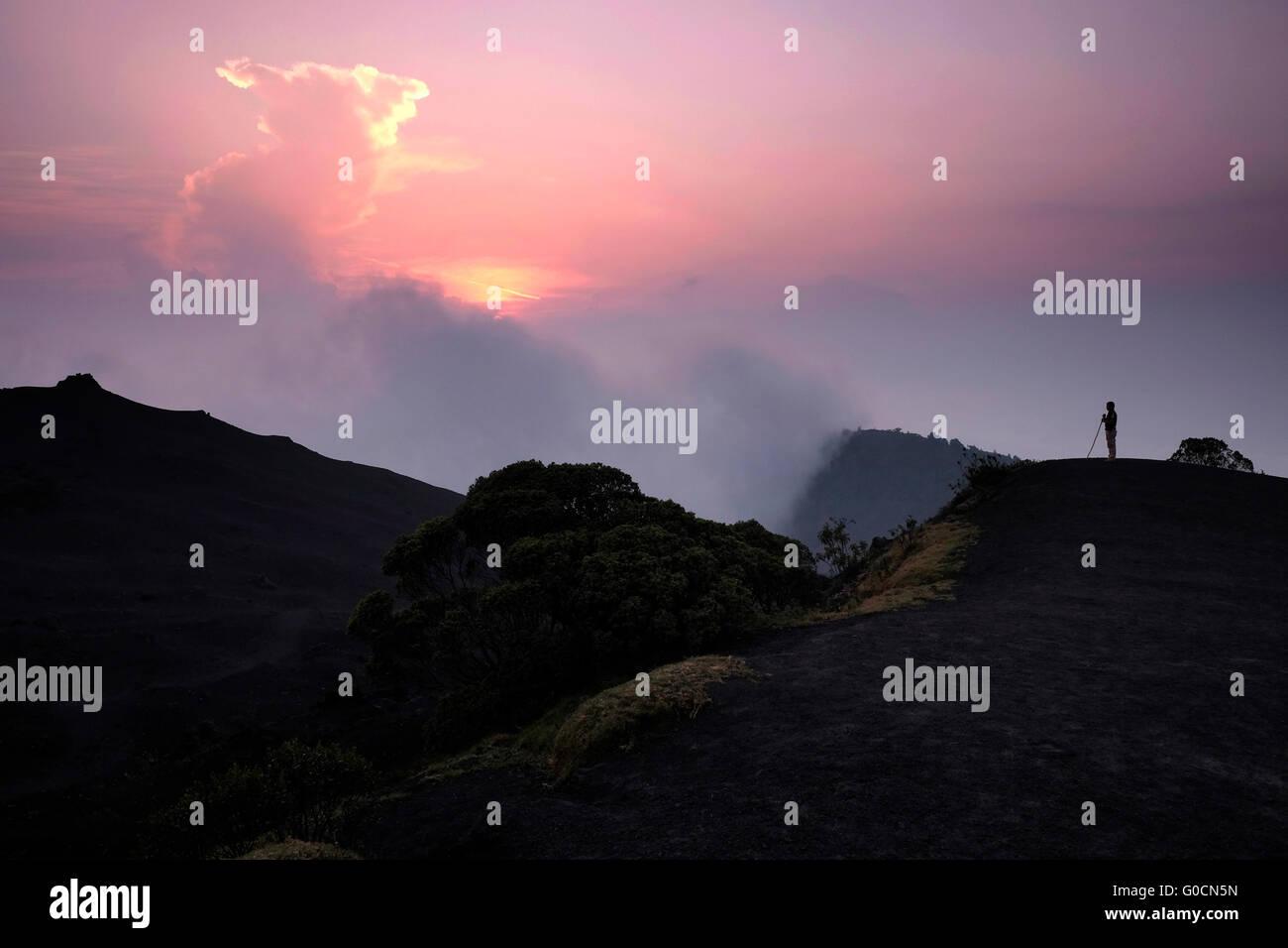 Ein Polizist, der Blick auf die Pacaya eines komplexeren Vulkans im Departamento Escuintla. Guatemala. Pacaya steigt Stockbild