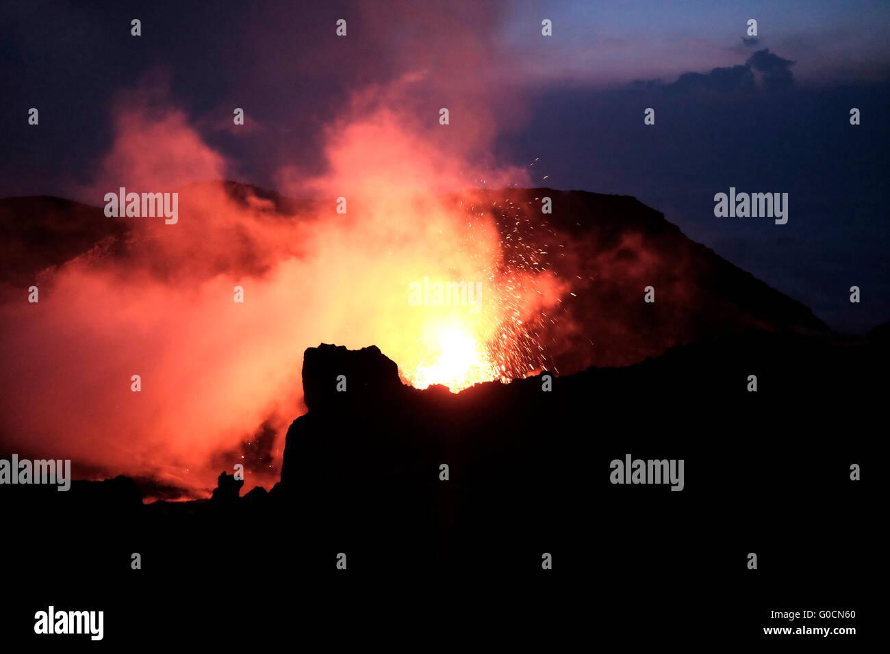 Ausbruch aus dem Krater des Pacaya ein komplexer Vulkan im Departamento Escuintla. Guatemala. Pacaya steigt auf Stockbild