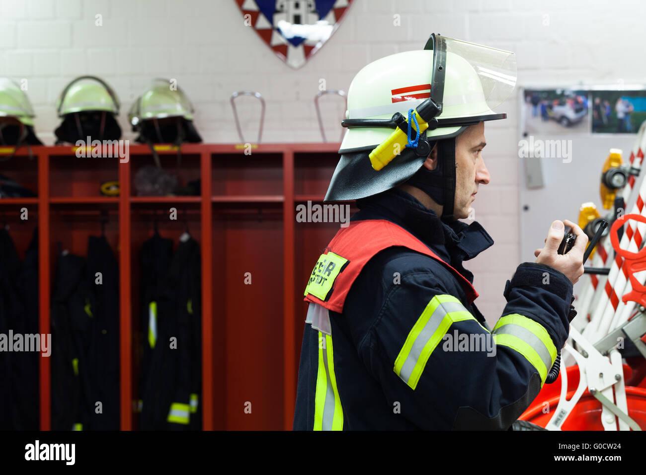 Feuerwehrmann bei der Feuerwehr mit Radio. Stockbild