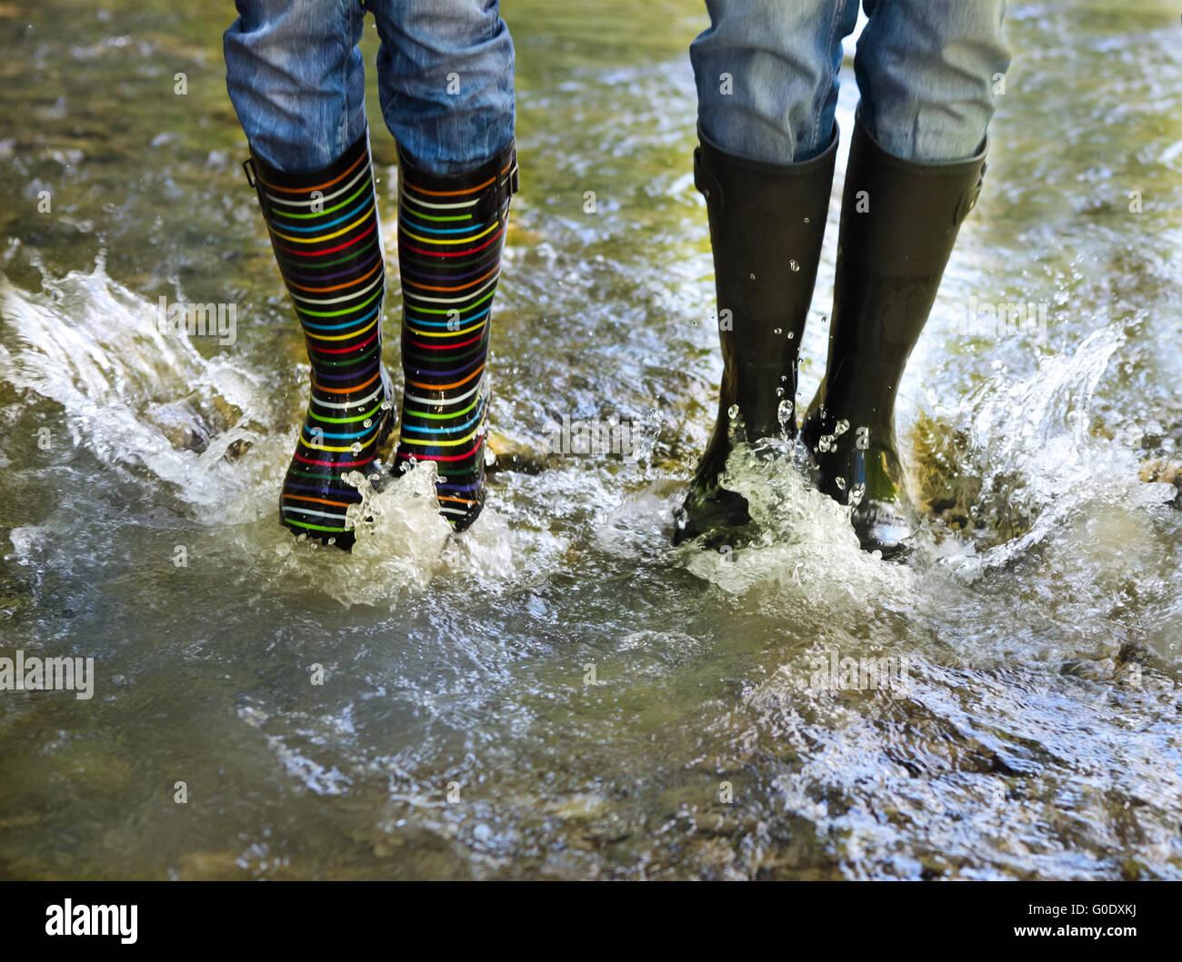 Glückliches Paar tragen bunte Regen Stiefel Stockfoto