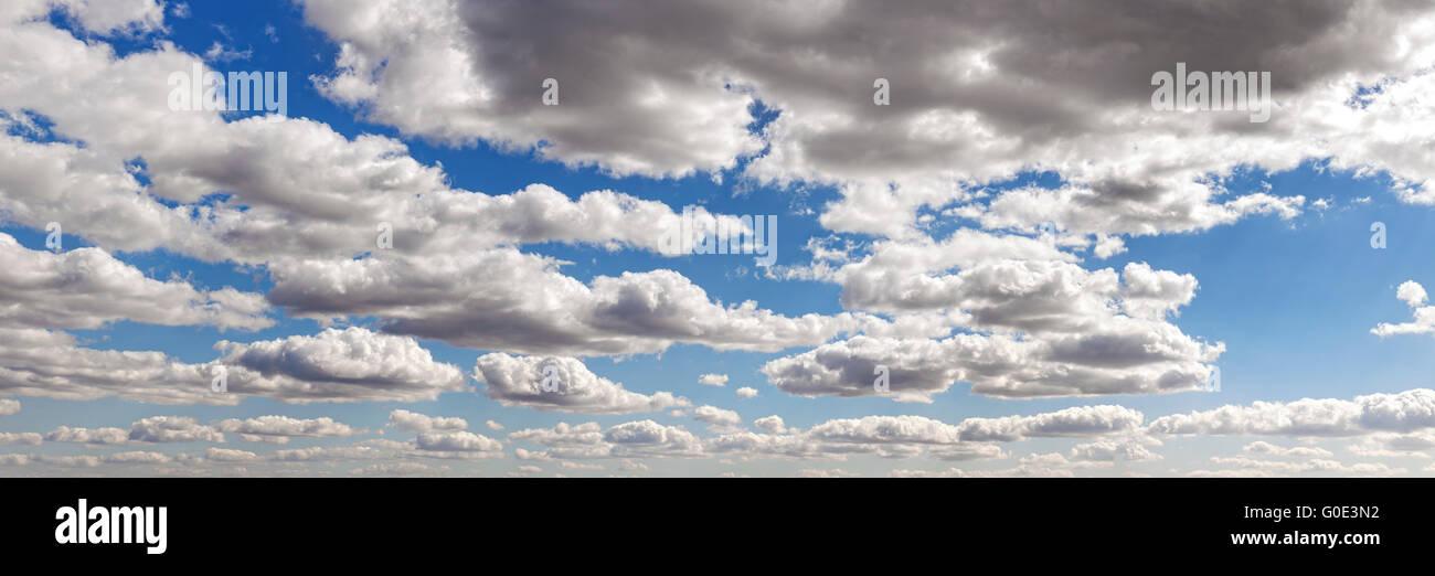 Panorama-Bild von einem Wolkengebilde an einem schönen Tag. Stockbild