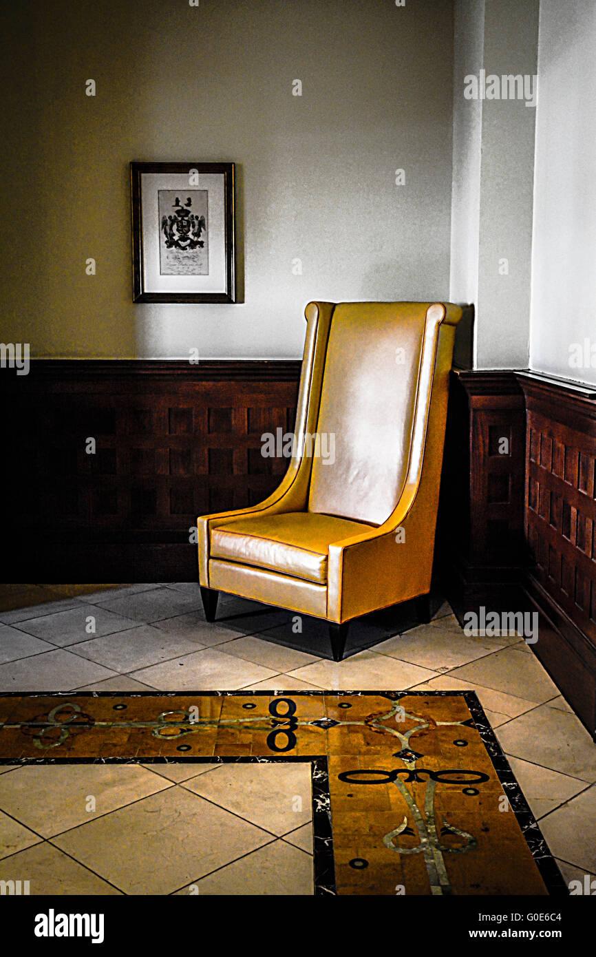 Einsamer stilisierte hohen Stuhl zurück in Raumecke wunderschön gefliesten Boden mit dunklem Holz Waistcoating Stockbild