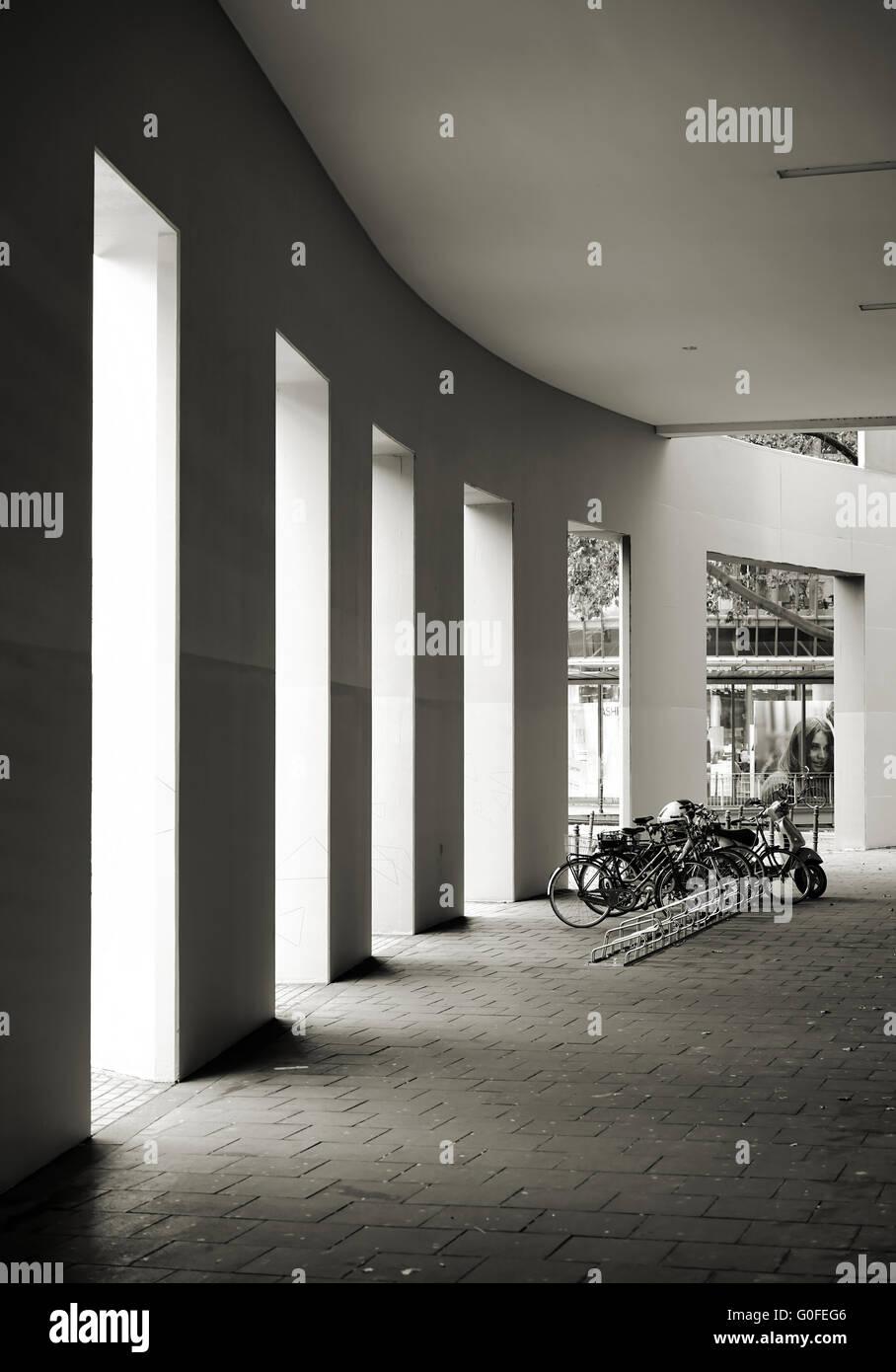 Fahrradständer in der Einkaufsstraße in Köln Stockbild