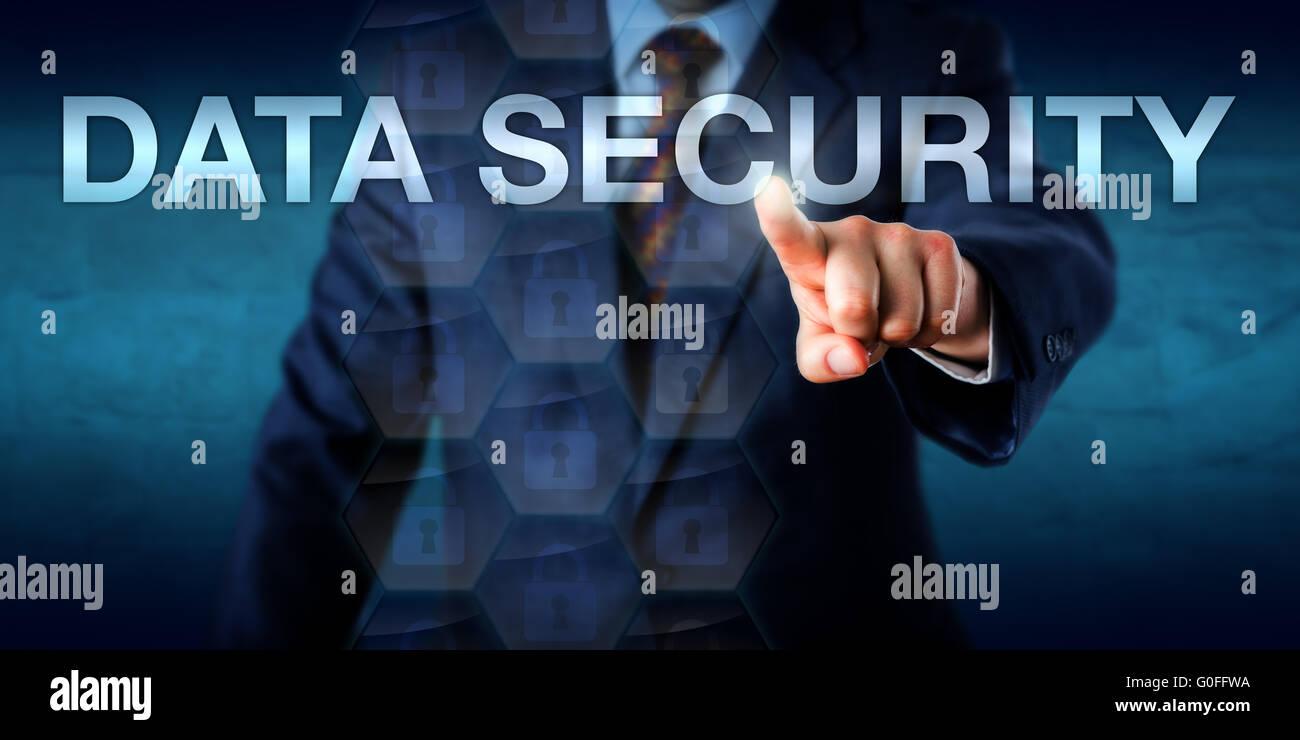 Geschäftsmann, die Sicherheit der Daten auf dem Bildschirm berühren Stockbild