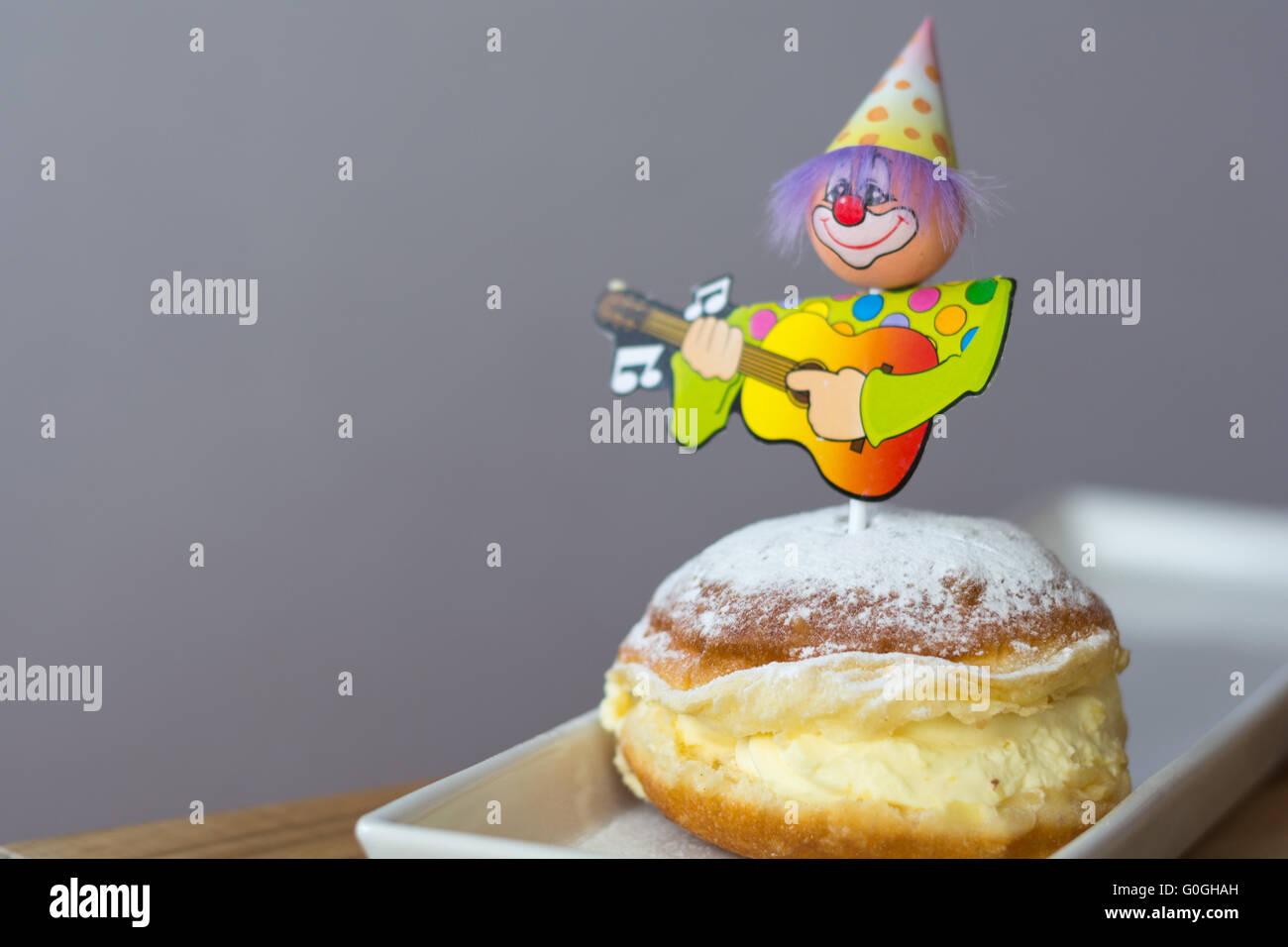 Vanille Donut dekoriert mit Karneval-Figur Stockfoto