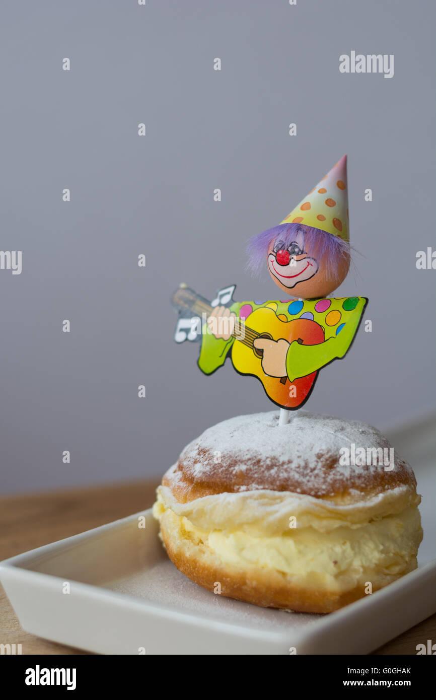 Dekoriert mit Karneval Figur Vanille donut Stockfoto