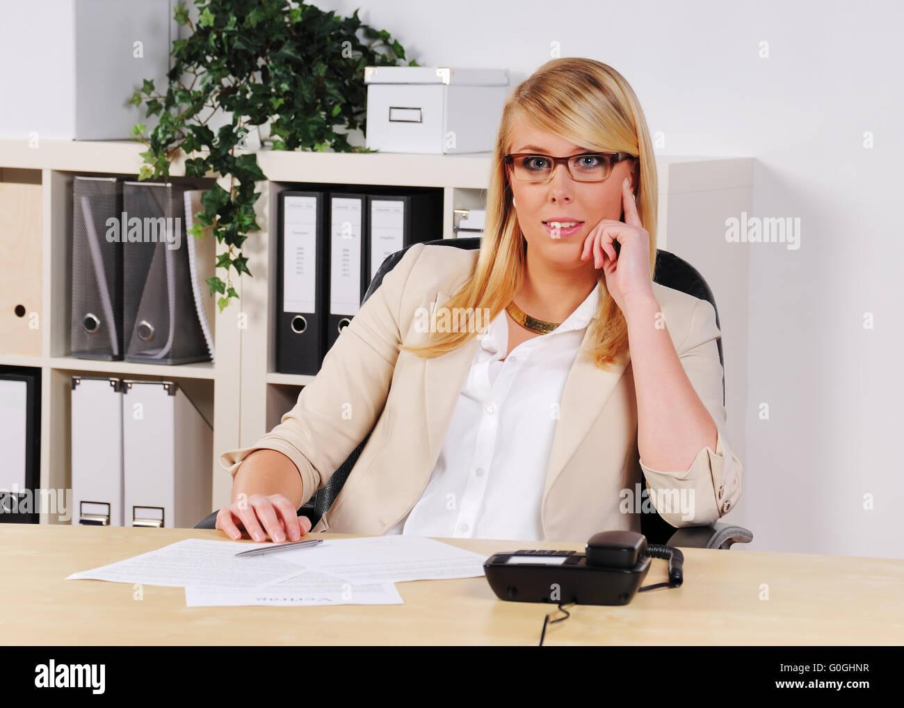 junge Frau im Büro Stockbild