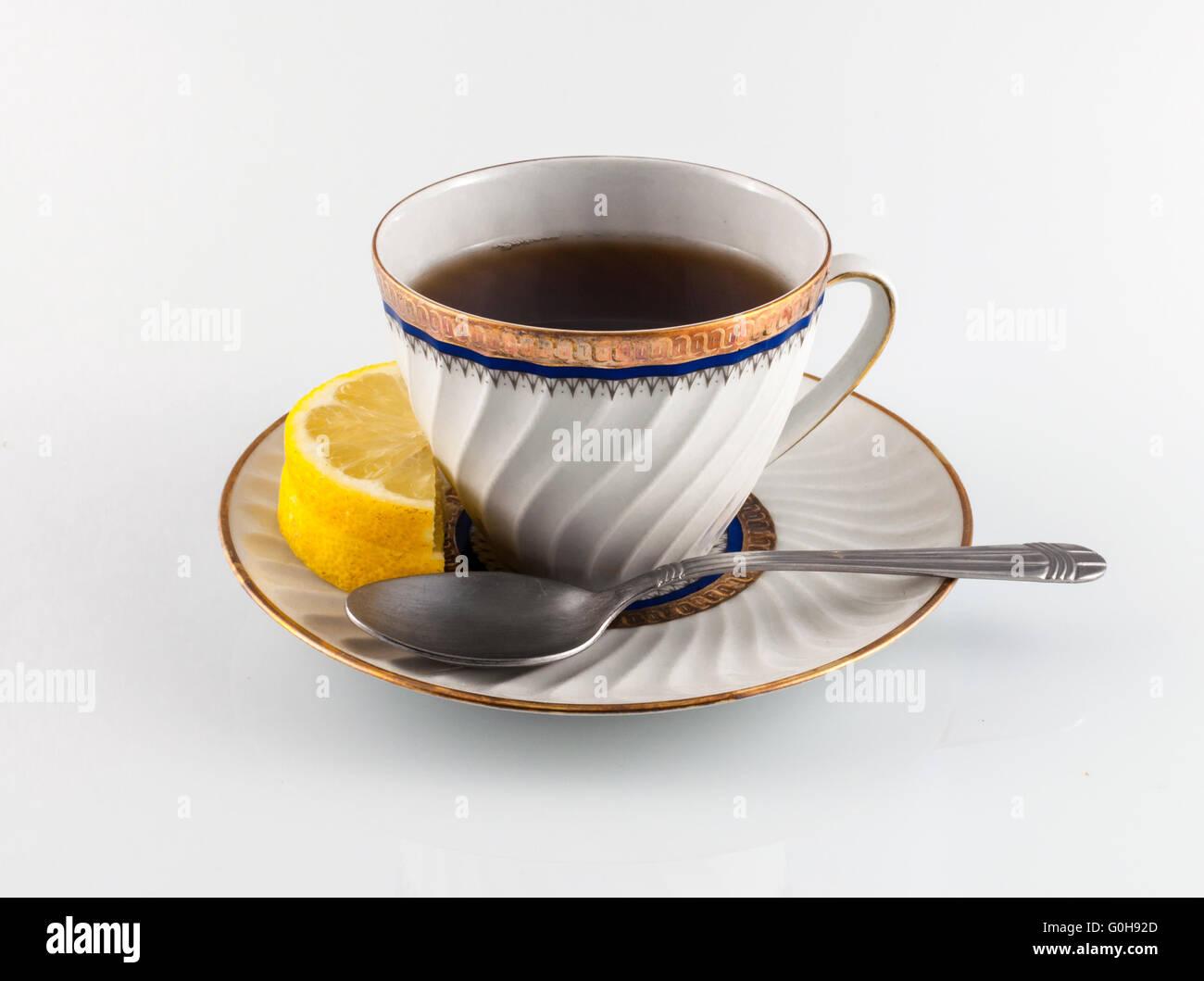 Teetasse auf farbigem Hintergrund mit Zitrone Obst und Zitrone Blatt Stockbild