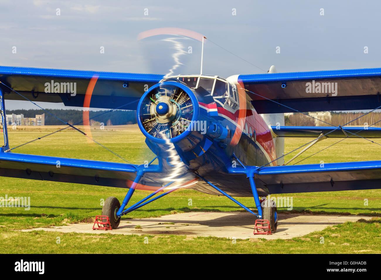 Flugzeug mit dem rotierenden propeller Stockbild