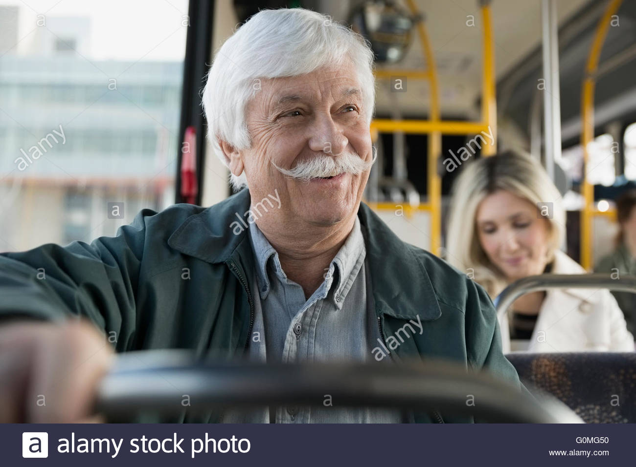 Lächelnd senior Mann mit Schnurrbart, die Fahrt mit bus Stockbild