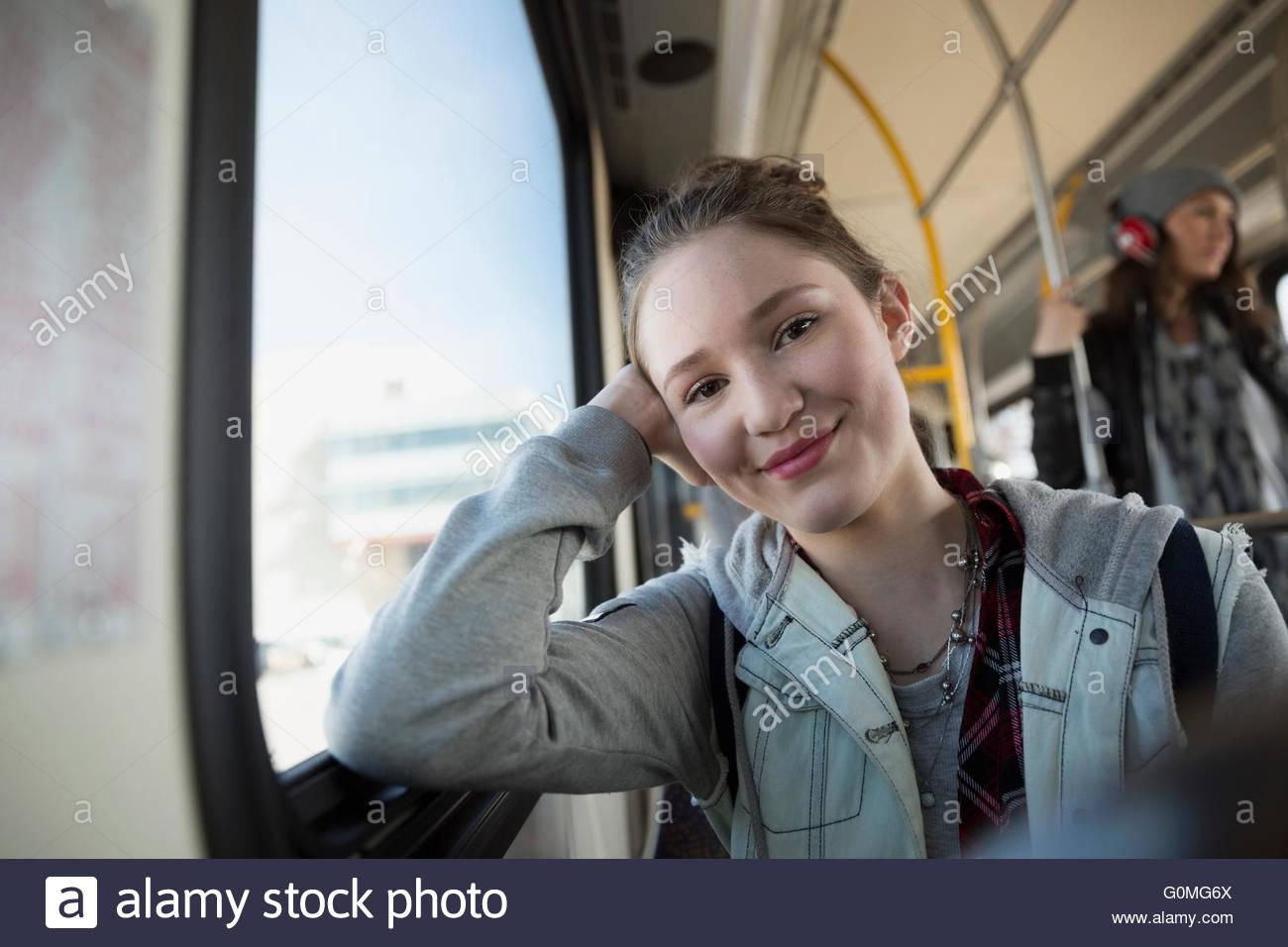 Porträt, lächelndes Mädchen reiten bus Stockbild