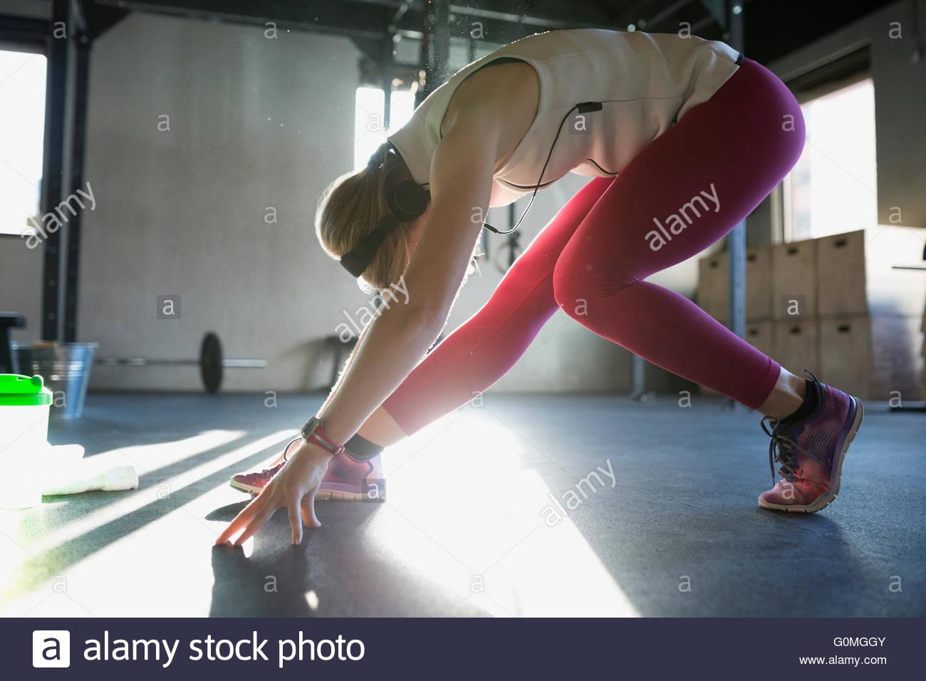 Frau, die Dehnung in der Pyramide-Pose in Turnhalle Stockbild