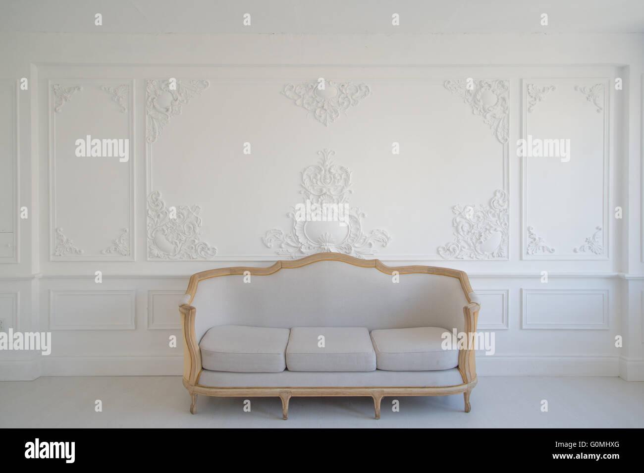 wohnzimmer mit antiken stilvolle licht sofa auf luxus weiße wand