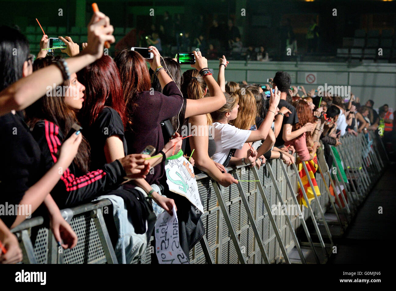 BARCELONA - 30 MAR: Menge in einem Konzert in St. Jordi Club Stadium am 18. März 2015 in Barcelona, Spanien. Stockbild