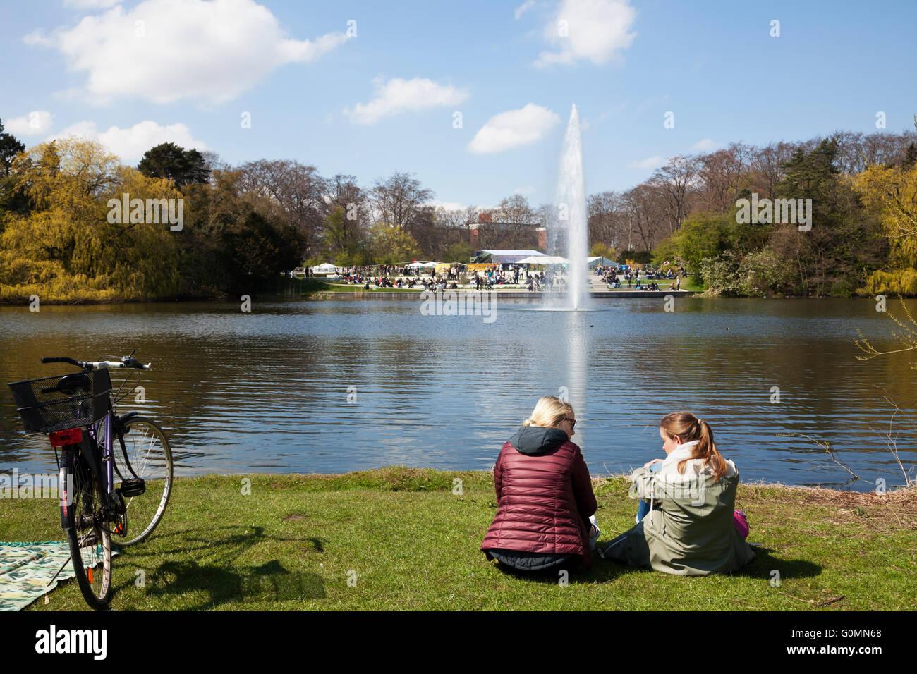 Mädchen und Frauen genießen Sie den sonnigen Tag in Faelledparken, die Kopenhagen üblich, am Tag Stockbild