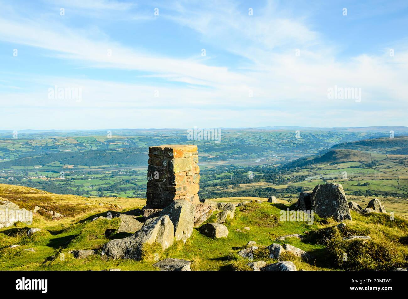 Trig Säule auf Tal y Fan mit Blick auf das Conwy Valley in Snowdonia Wales Stockbild