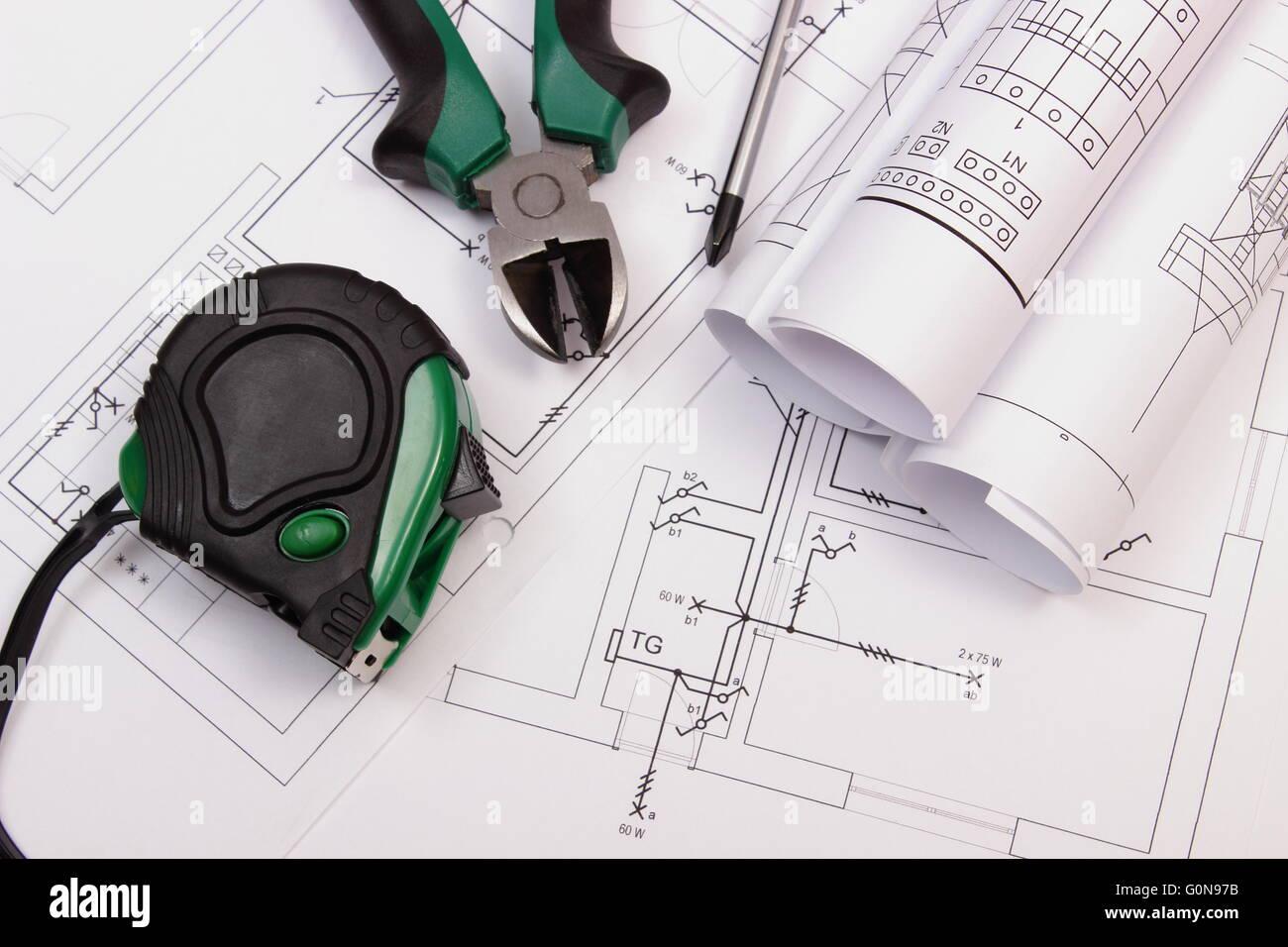 Metall Zangen, Schraubenzieher, Maßband Und Rollen Von Diagrammen Auf  Elektrische Konstruktionszeichnung Des Stockbild