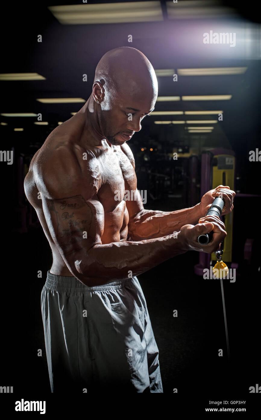 Bodybuilder trainieren Sie im Fitness-Studio-Übungen auf dem Kabel ...