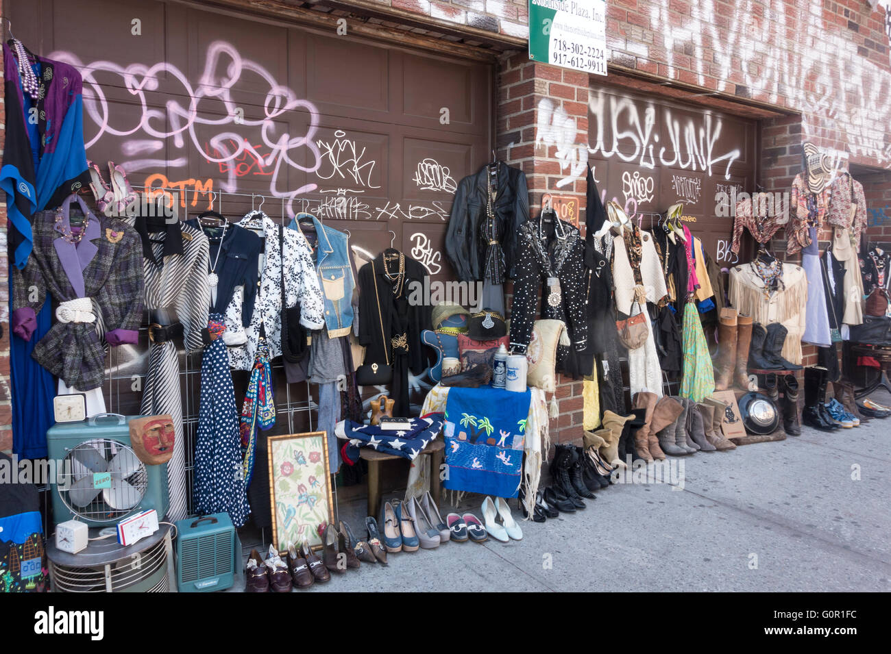 offene stra e markt verkauf von second hand kleidung in williamsburg brooklyn in new york city. Black Bedroom Furniture Sets. Home Design Ideas