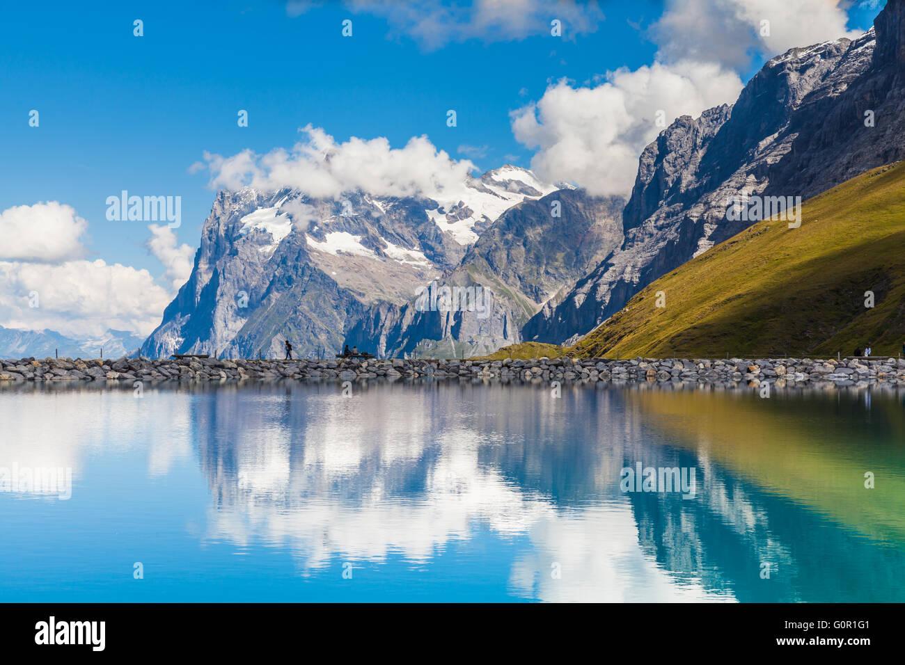 Herrlichem Blick auf Wetterhorn mit Spiegelbild im schönen Teich auf dem Berner Oberland an einem sonnigen Stockbild
