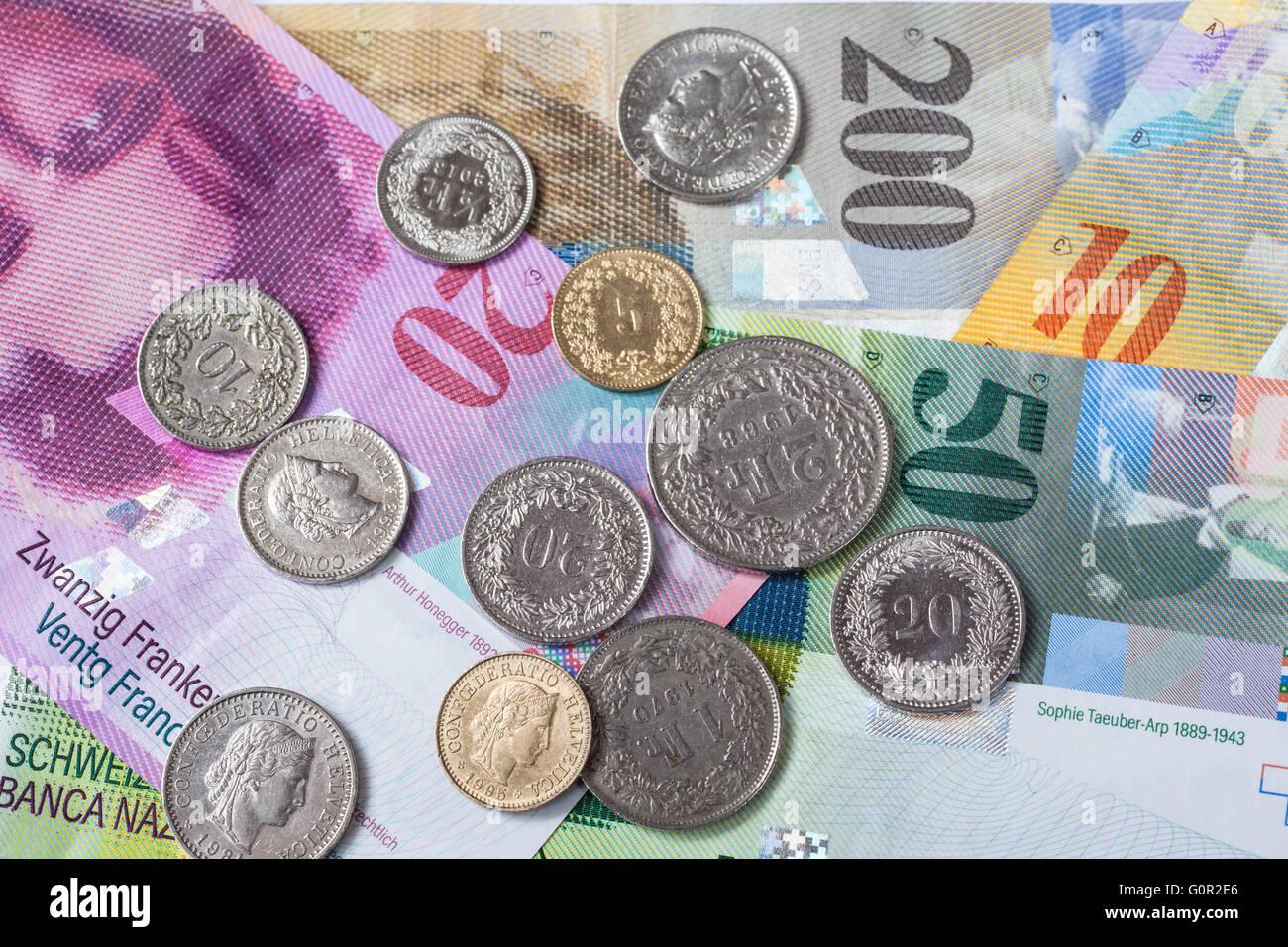 Banknoten Und Münzen Der Schweizer Währung Als Hintergrund Stockfoto