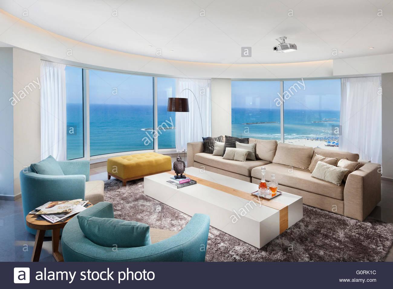 Eine saubere weiße moderne Wohnung mit Blick aufs Meer. Wohnräume ...