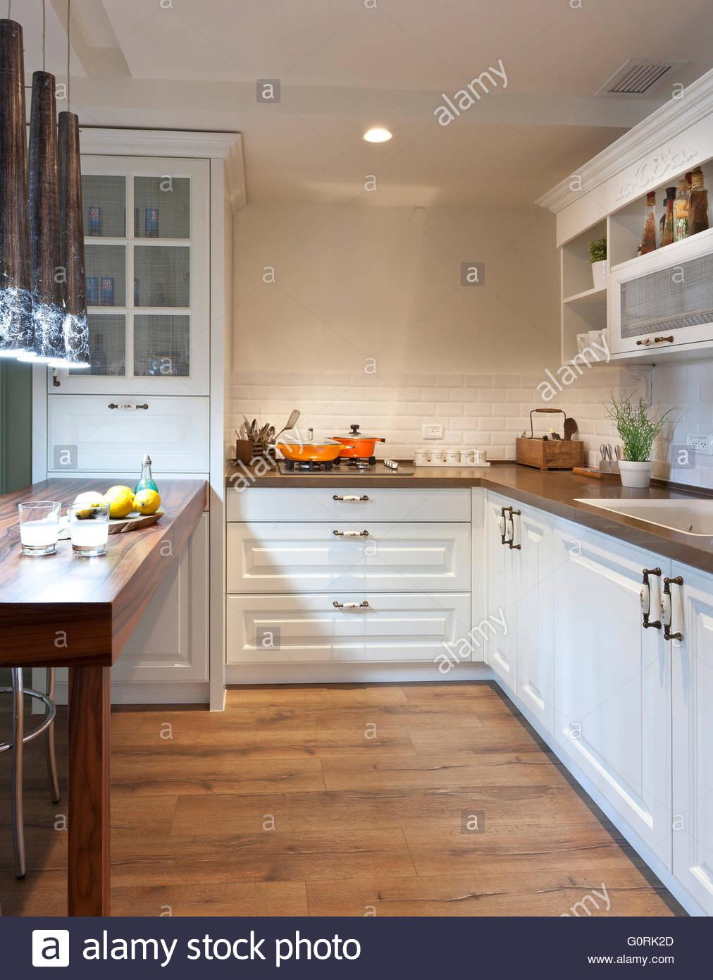 Wunderbar Bilder Von Küchen Mit Weißen Schränken Und Holzböden ...