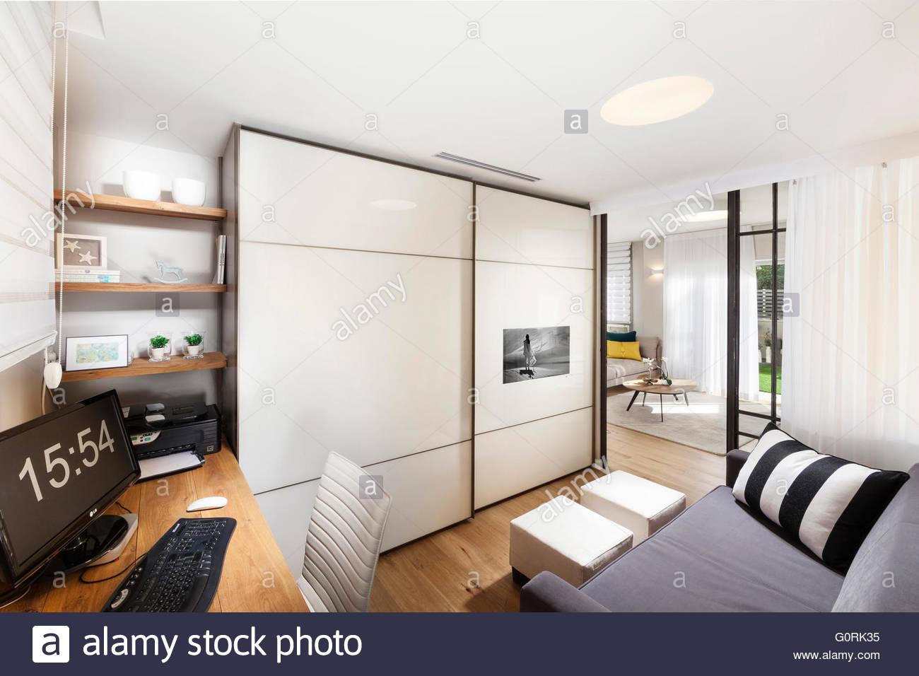 Modernes Haus. Moderne Zimmer mit offener Tür zum Wohnzimmer. Grau ...