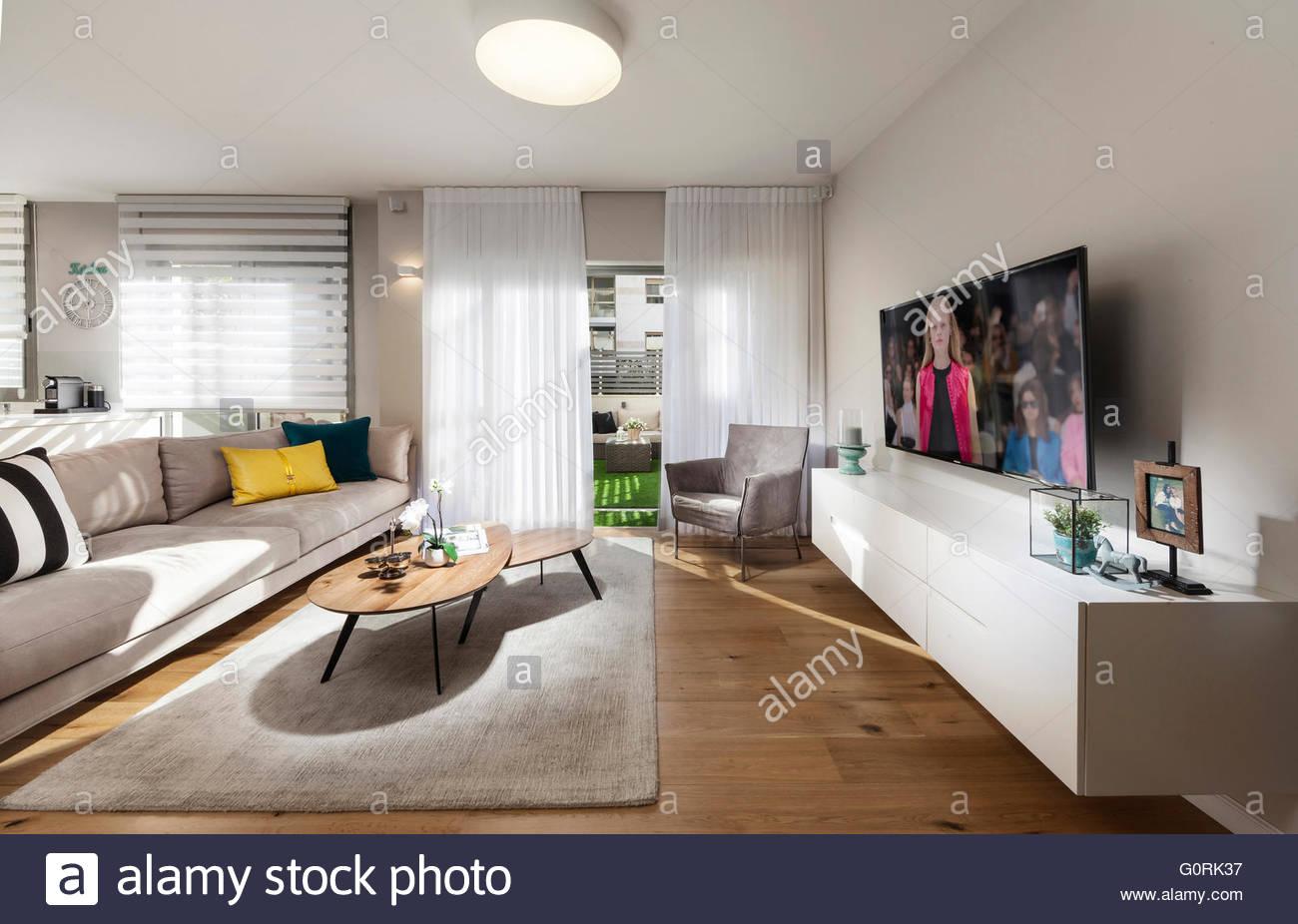 Moderne offene Wohnzimmer mit geöffneten Türen des gleitenden ...