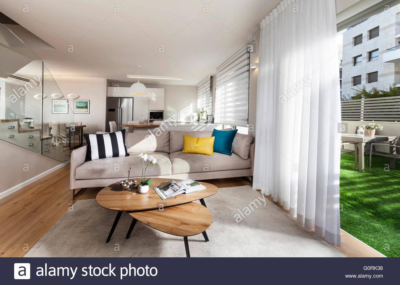 Modernes Haus. Moderne offene Wohnzimmer mit geöffneten ...