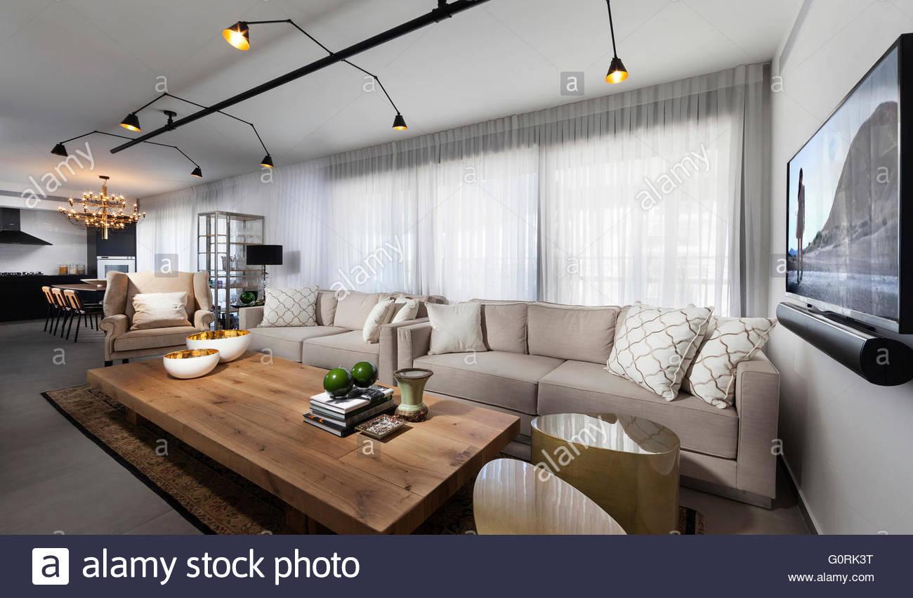 Modernes Apartment, Tel Aviv. Geräumige Offene Wohn  / Esszimmer Mit  Deckenstrahler Und Holzboden.