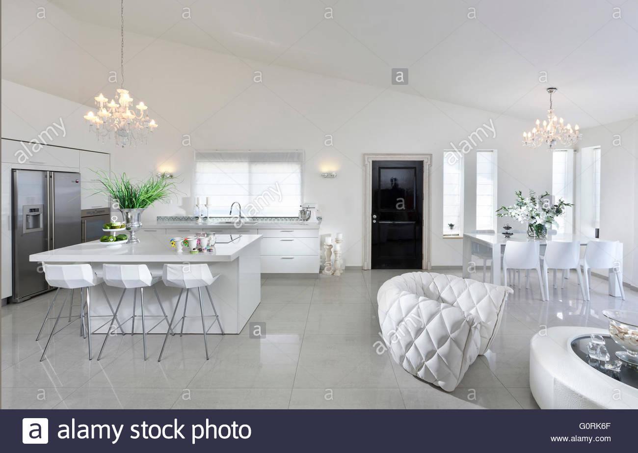 Villa in Haifa. Offenen Wohnraum und Küche. Kücheninsel mit Hockern ...