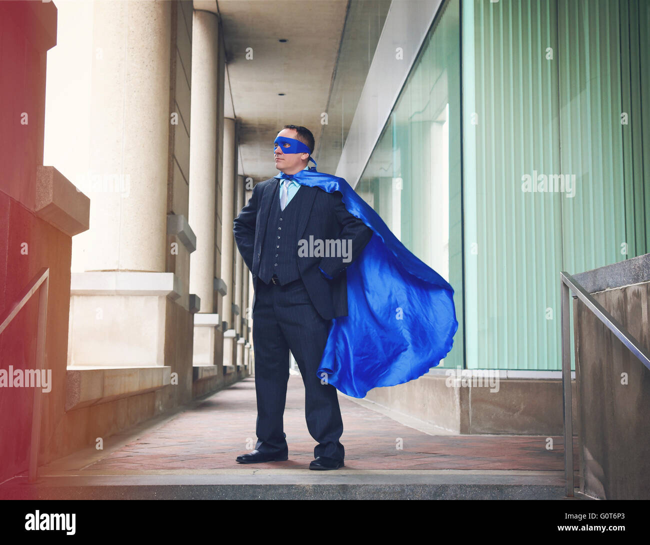 Ein super Business-Mann trägt einen blauen Umhang zuversichtlich in die Stadt für ein Erfolg, Unternehmer Stockbild