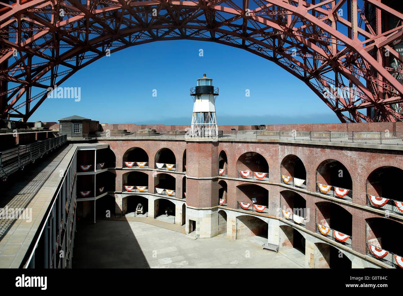 Golden Gate Bridge überspannen Lichtbögen über Leuchtturm, Fort Point National Historic Site, San Stockbild